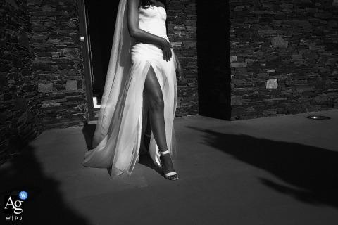 Huwelijksfotograaf Auvergne-Rhone-Alpes | voor de ceremonie cadaques - de bruid die uit haar huis komt om naar de ceremonie te gaan