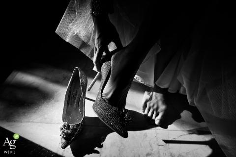 Bali Ayana resort huwelijksceremonie - De bruid zet haar schoenen aan