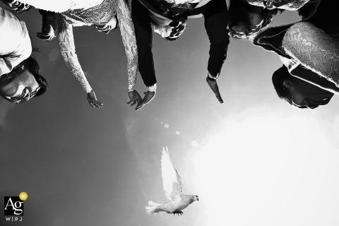 fotografia ślubna z ceremonii ślubnej w Owernii-Rodan-Alpy Ośrodek Bali Ayana - panna młoda i pan młody wypuszczają gołębia