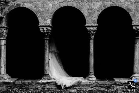 Hochzeitsfotografie für Toulouse, Frankreich | das brautkleid der braut in schwarz und weiß