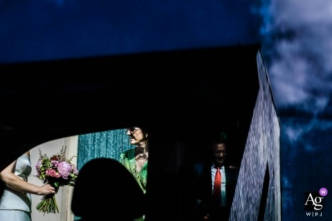 Ponferrada, Espanha fotografia de casamento de se preparando | buquê de noivas através da janela do carro