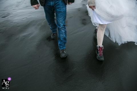 冰島的婚禮攝影VíkíMýrdal| 新娘和新郎走到儀式上