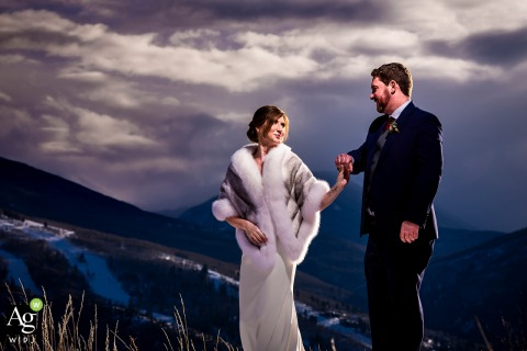Sonnenalp俱乐部的婚礼摄影师:新娘和新郎在山间徒步旅行。 | 人像摄影