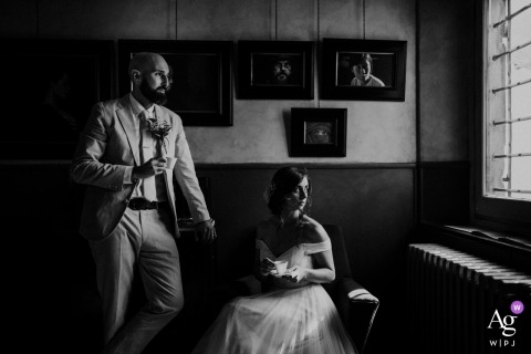 Agriturismo Pian Di Filetto wedding photographer | coffee break portrait for the bride and groom in black-and-white