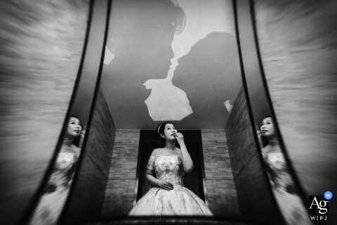 Peking-Hochzeitsporträt der Braut reflektierte sich in den Spiegeln, während sie fertig wird