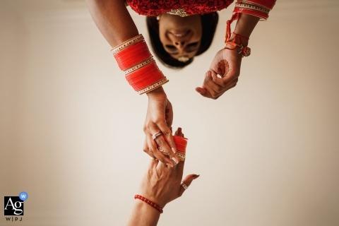 Londense huwelijksfotograaf | Details van armbanden die op haar hand gaan vóór de ceremonie