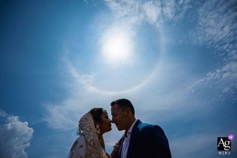Jetwing Beach Hotel fotógrafo de bodas | Fotos posteriores a la ceremonia de los novios con el cielo azul y el sol