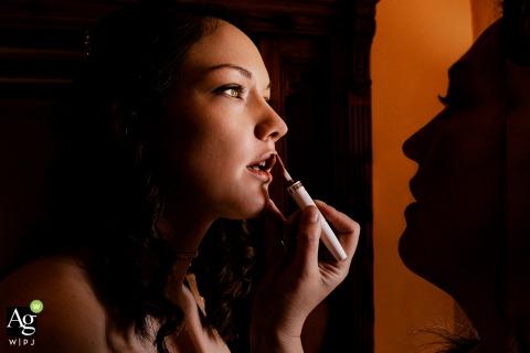 Heretat de Guardia getting ready photo at the wedding venue | putting on lipstick