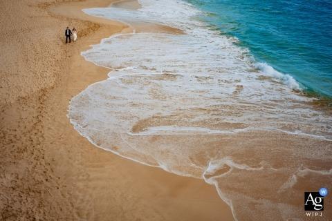 Hotel Wailea fotógrafo de bodas, Hawaii | Toma de playa de arriba abajo que resalta las capas de color y textura.