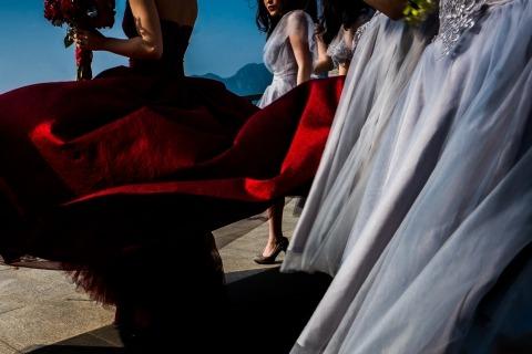 Photographie de mariage détail de la mariée et des demoiselles d'honneur Préparation pour la cérémonie au vent avec leurs bouquets.