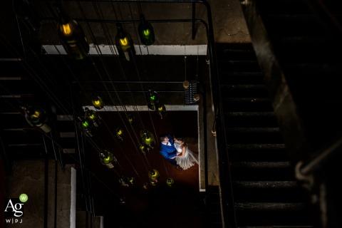 Liefmans trouwlocatie foto | Het bruidspaar in trappenhal - schot van bovenaf