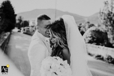 Villa Scorzi-paar natuurlijk portret op huwelijksdag in zwart-wit