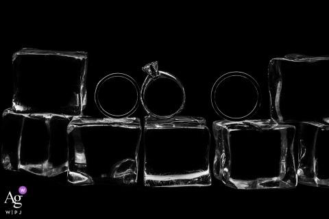 Para obrączek w lodzie w Garderobie Hotelu Furama