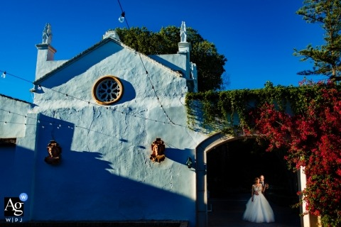 Valencia wedding photographer designed this image of the bride and groom embracing under an arched doorway of a Faura church