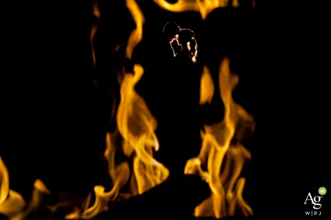 瑞吉酒店阿斯彭场馆摄影| 新娘和新郎在结婚当天在火旁