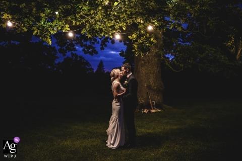 Rathsallagh House, Wicklow, Irlandia Sesja zdjęciowa w ogrodzie z panną młodą pod drzewem w nocy