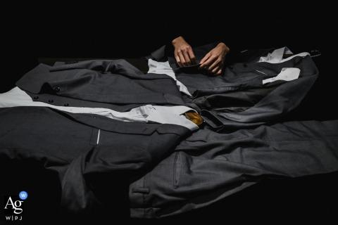 Prasowanie garniturów na tym szczegółowym obrazie garderoby w Nanping