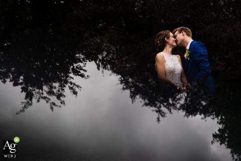 Groot Begijnhof Leuven trouwlocatie portretfotografie - De bruid en de bruidegom en de kop ondersteboven