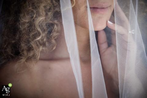 Ibiza - Hiszpania Fotografia panny młodej - Szczegółowy obraz welonu ślubnego z kręconymi włosami, ręką i ustami
