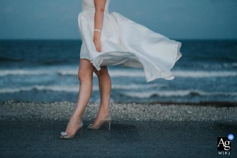 Details des Hochzeitskleides und der Schuhe am Strand in Cozumel, Mexiko