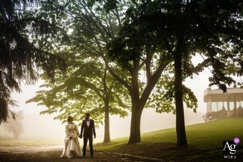 Cincinnato, Cori Włochy portret ślubny pary młodej chodzącej na terenie recepcji w mglisty dzień