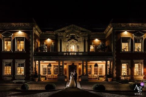 屋檐大厅外的婚礼那天肖像