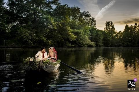 Photo de mariage à Fort Vechten montrant les mariés prenant un bateau.