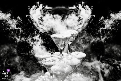 De huwelijksfotograaf van Rusland heeft een zwart-wit detailfoto gemaakt van een champagneglijbaan