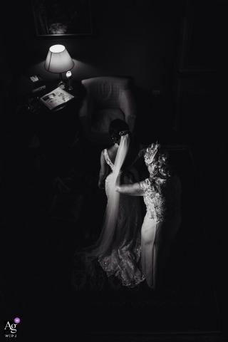 Het artistieke huwelijksdetail fotografeert van de bruid die klaar wordt