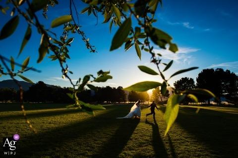 Bentley Science Park, Gardnerville, Nevada trouwfoto van de bruid en bruidegom die door het zonlicht rennen