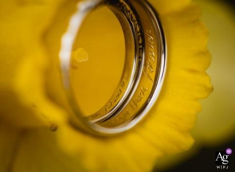 Imagen de detalle de boda de un anillo en un narciso en el Daffodil Hotel, Cumbria