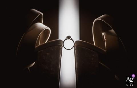 Carey's Manor, Dorset foto de detalle de la boda del anillo y los zapatos en uno