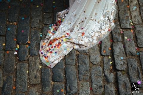 Clapton Country Club, London Hochzeit Detail Konfetti und Kleid auf alten Pflastersteinen