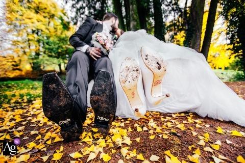 Bally Park, Aargau, Zwitserland bruiloft detail van de schoenen van de bruid en bruidegom als ze naar de camera zwaaien