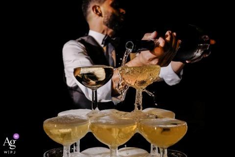 Hochzeitsdetail von Gläsern, die mit Champagner in Aumelas, Frankreich gefüllt werden