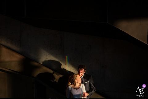 Girona La Fortaleza Ślubne zdjęcie młodej i pana młodego w świetle i cieniach