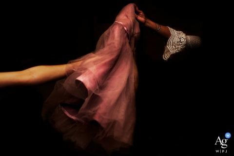 Changsha detalle de un vestido de novia con dos brazos entrando en el marco que sostiene el vestido