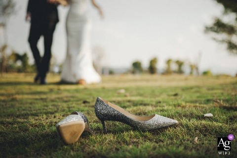 Fujian park photography of the Bride and groom walking towards wedding shoes