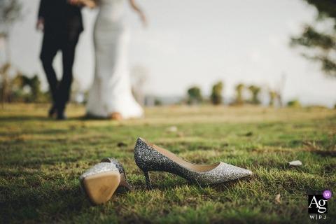 Fotografia w parku Fujian narzeczonych idących w kierunku butów ślubnych