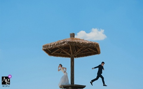 Fujian outdoor wedding portraits - The bride and groom are playing during picture shoot