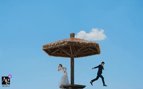 福建戶外婚禮照-新娘和新郎在拍照時玩耍