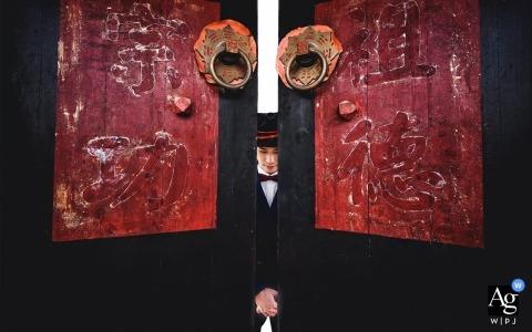 Fujian wedding photography of The bridegroom and two big doors