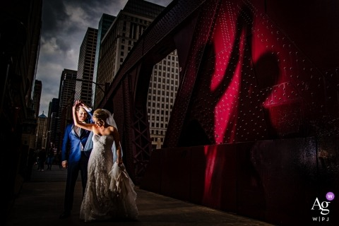 River Roast, Chicago, IL photos de mariage d'un couple dansant sur un pont