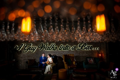 Renaissance Hotel, Chicago, IL - un chico entra en un bar - Retrato de boda de la novia y el novio