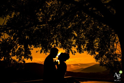 castello di rossino lecco sunset wedding picture of the bride and groom under the trees