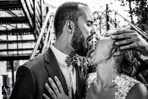 Île-de-France wedding images - Big wedding kiss - bride and groom