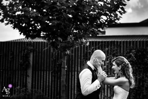 Fotos de la boda de Gradina Lahovari | Novia y el novio jugando en el jardín