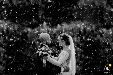 Campania Outside Couple's Portrait in the snow voor hun trouwfoto's