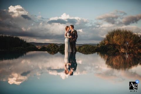 Ferranese, Toscane Reflectie portret van de bruid en bruidegom - artistieke trouwreportages