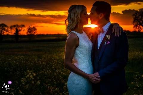 Manor Barn Farm, Bicester - Sunset Photo Portrait of Bride & Groom, sol brillando entre sus caras, primer plano, color